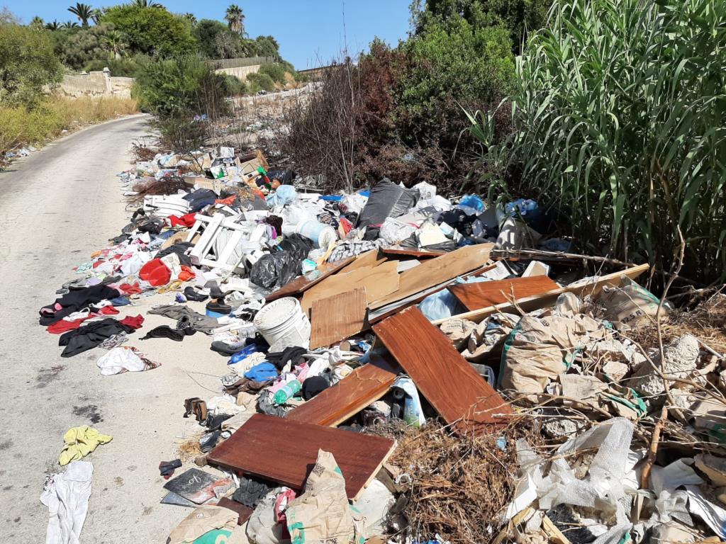 Marsala, in corso opera di ripulitura in via Favara