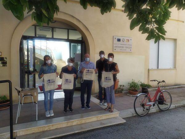 Flag 'Isole di Sicilia' consegna kit didattici agli alunni di Favignana