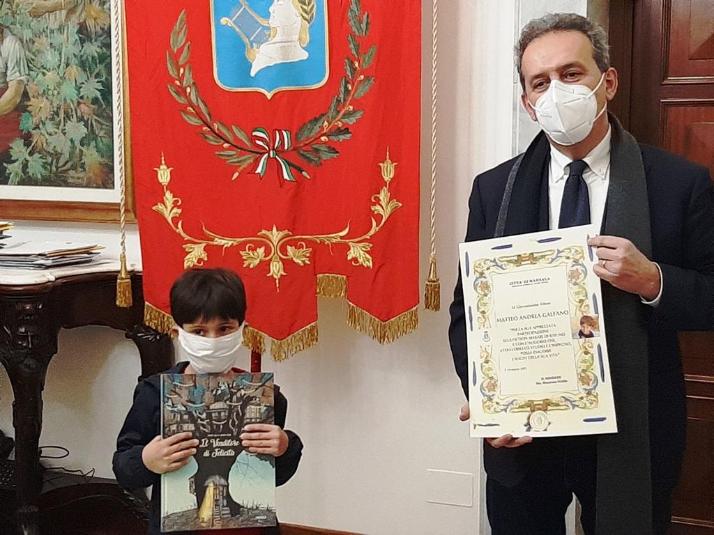 Il sindaco di Marsala premia il piccolo attore Matteo Andrea Galfano