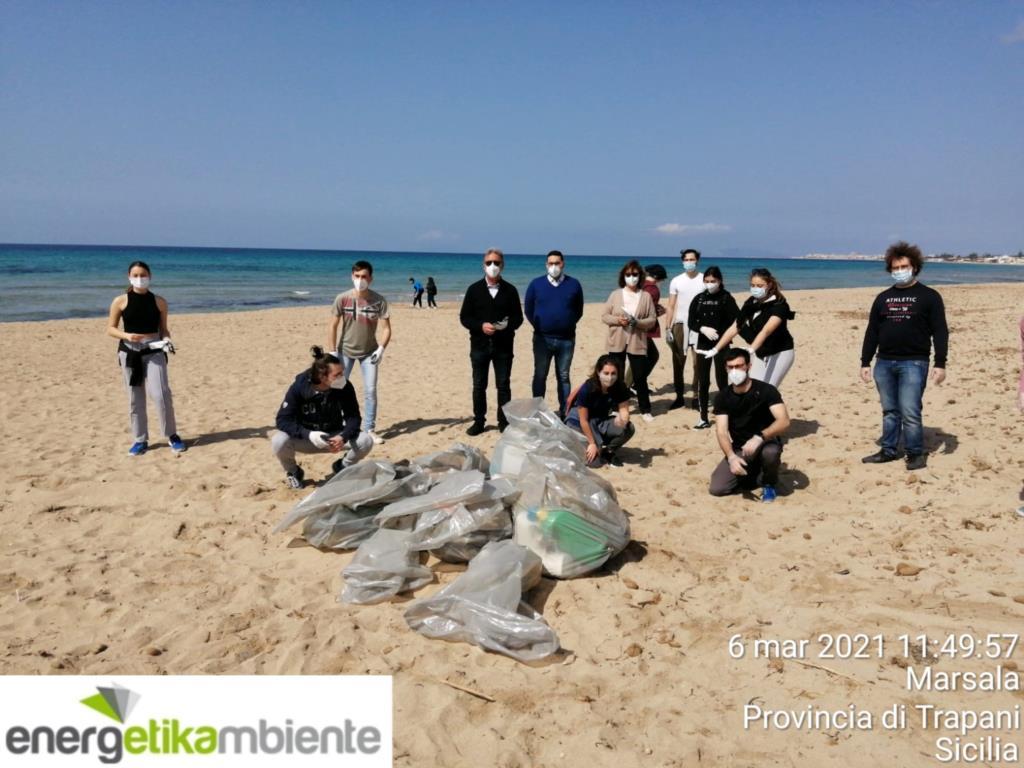 I volontari ripuliscono le spiagge marsalesi