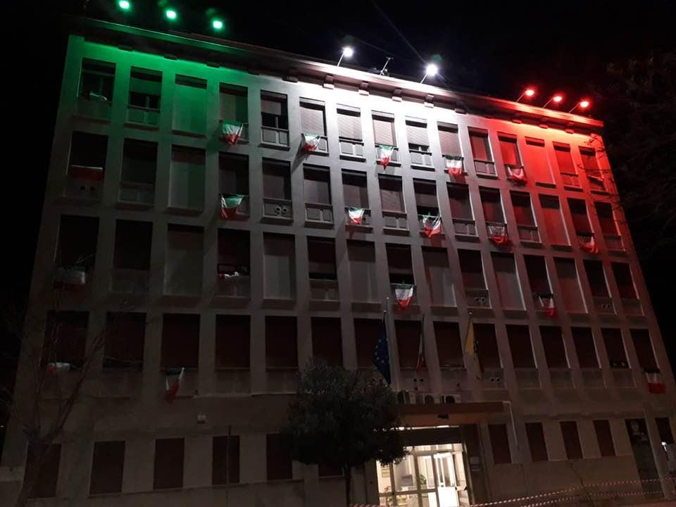 Il tricolore illumina la sede dell'ASP a Trapani