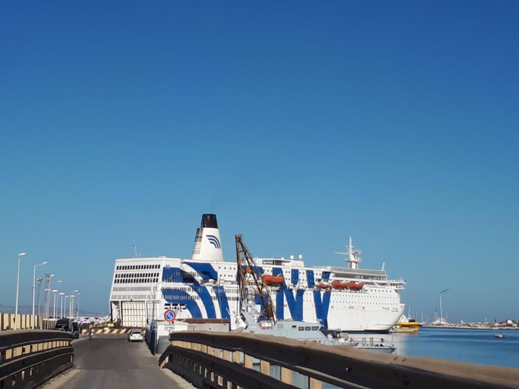 In corso le operazioni di sbarco dei 603 migranti dalla nave Azzurra