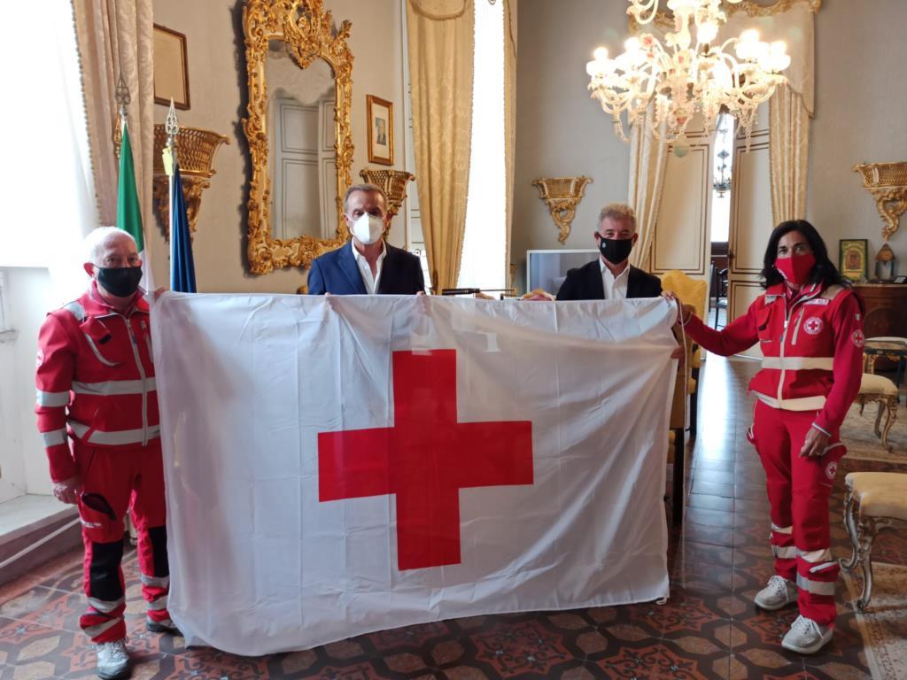 Trapani, a palazzo D'Alì la bandiera della Croce rossa