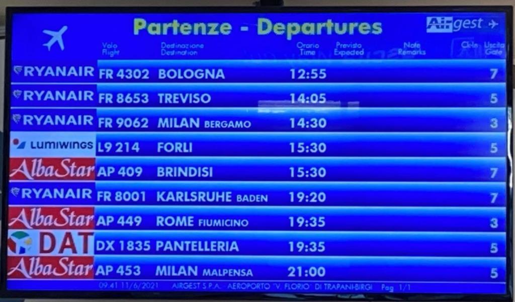Aeroporto di Birgi, finalmente il monitor dei voli appare strapieno di arrivi e partenze