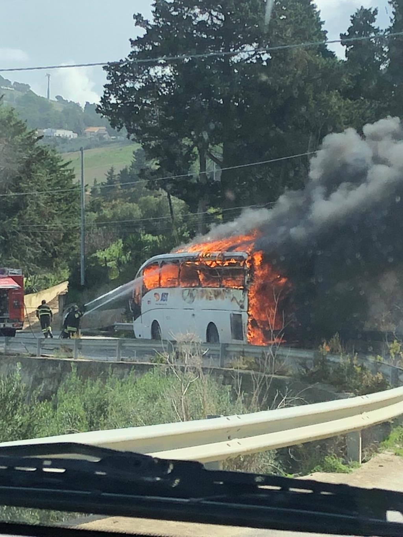 Buseto Palizzolo, autobus in fiamme: una tragedia scampata (VIDEO)