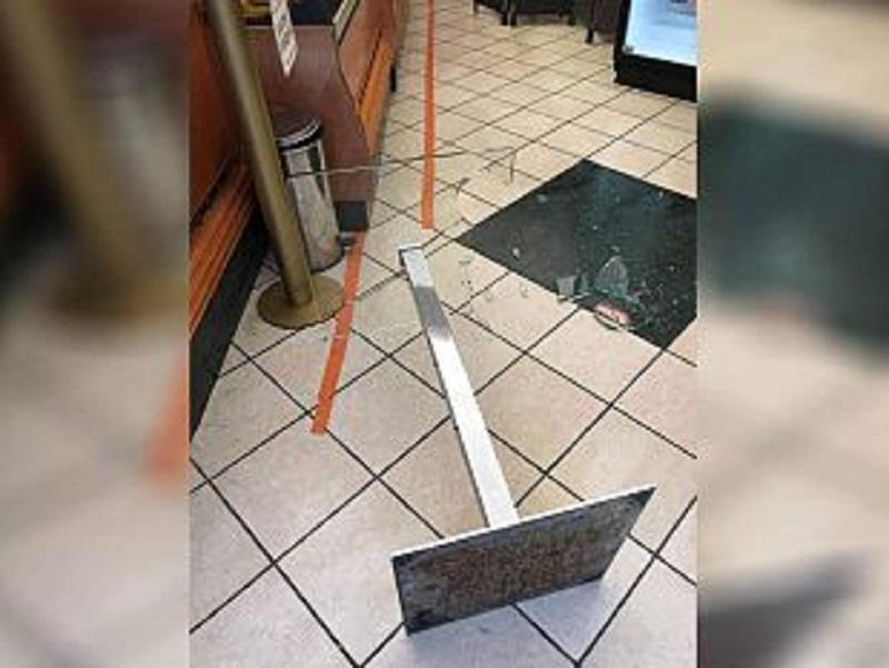 Trapani: danneggia il tavolino di un bar e minaccia il titolare che gli nega un caffè oltre l'orario consentito