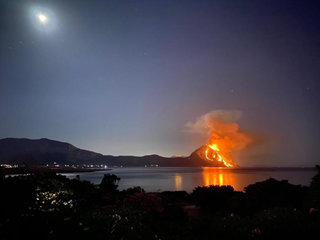 Brucia Monte Cofano. Pezzi di m... in azione