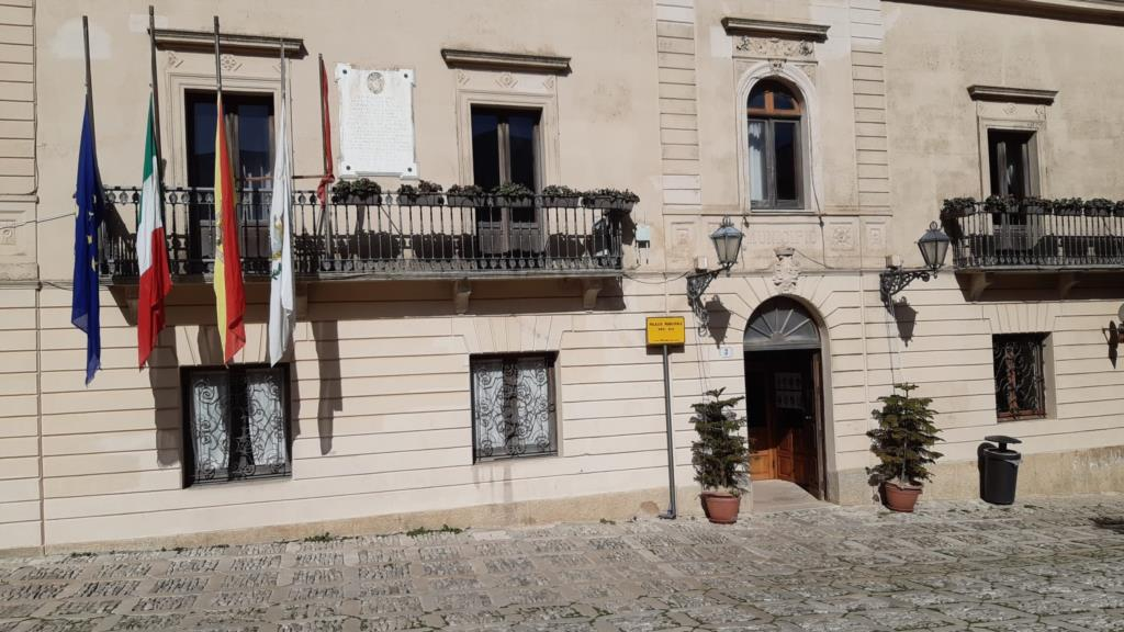 Erice, bandiere a mezz'asta in piazza Loggia