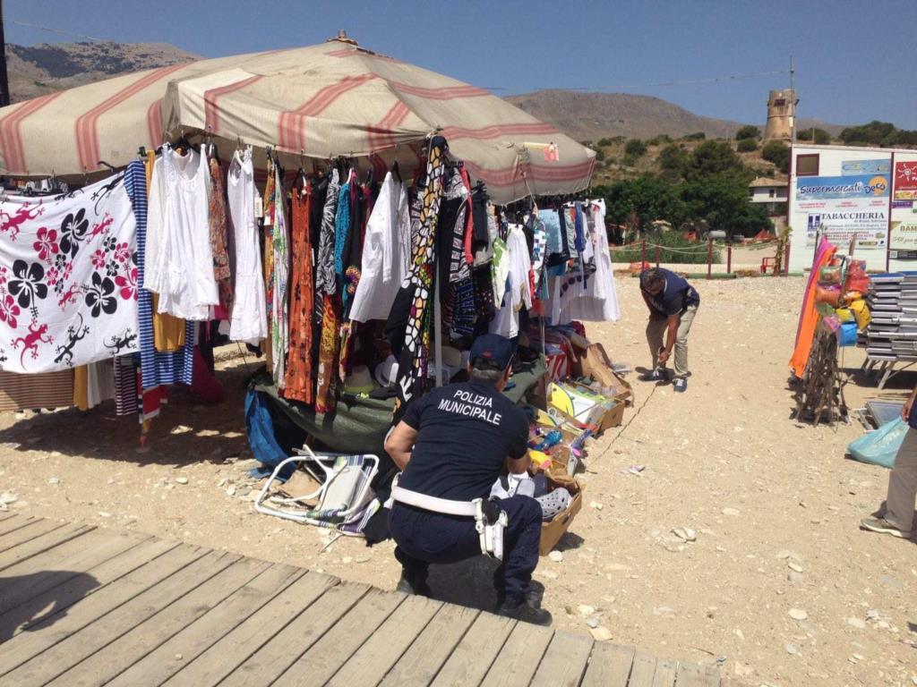 Donata alla Caritas la merce abusiva sequestrata dai Vigili
