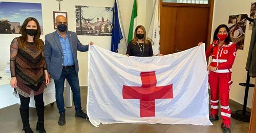 Bandiera della Croce Rossa al Comune di Erice