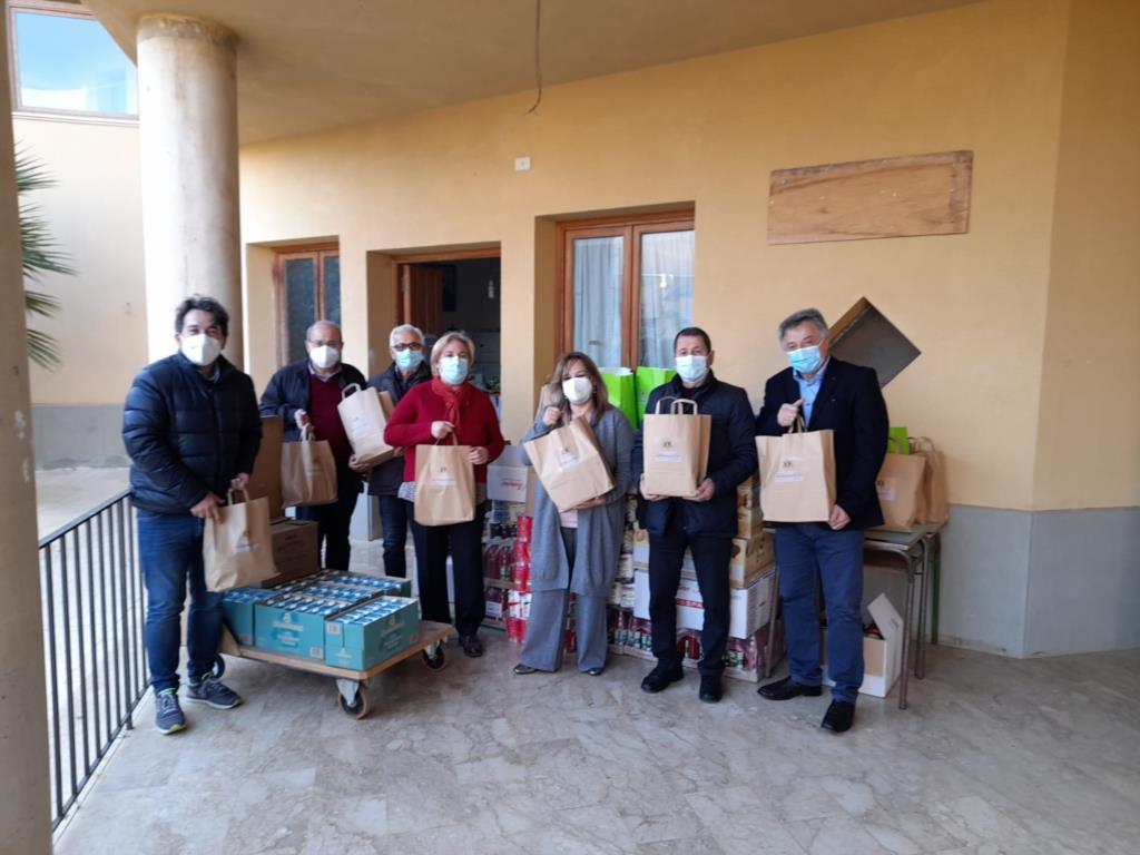 Castelvetrano, il Lions club dona una tonnellata di cibo alla Caritas