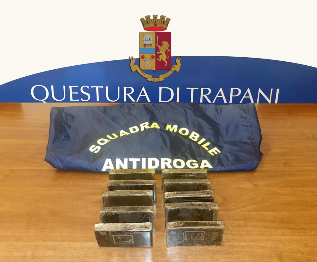 Trapani, arrestato venditore ambulante con un chilo di hashish