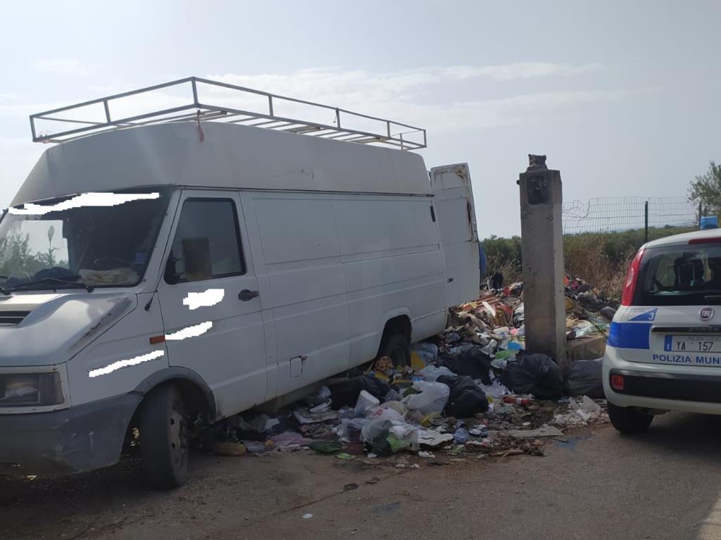 Campobello, sorpreso ad abbandonare rifiuti: multato