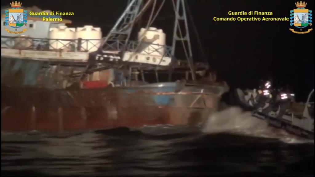 Nove arresti e due tonnellate di sigarette sequestrate dalla Guardia di Finanza al largo di Mazara del Vallo