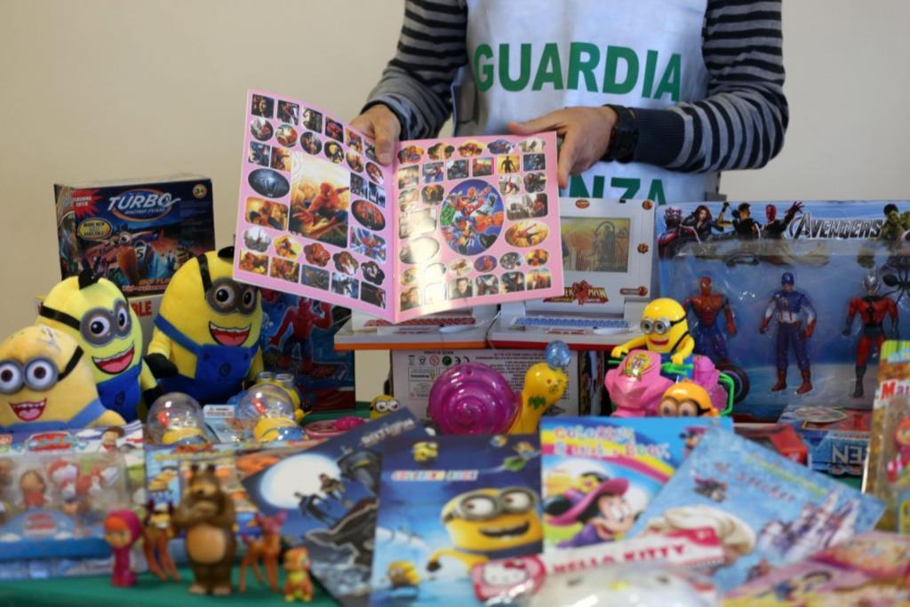 Sequestrati in un negozio cinese giocattoli non sicuri e contraffatti.