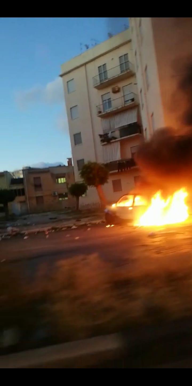 Auto in fiamme nel quartiere San Giuliano