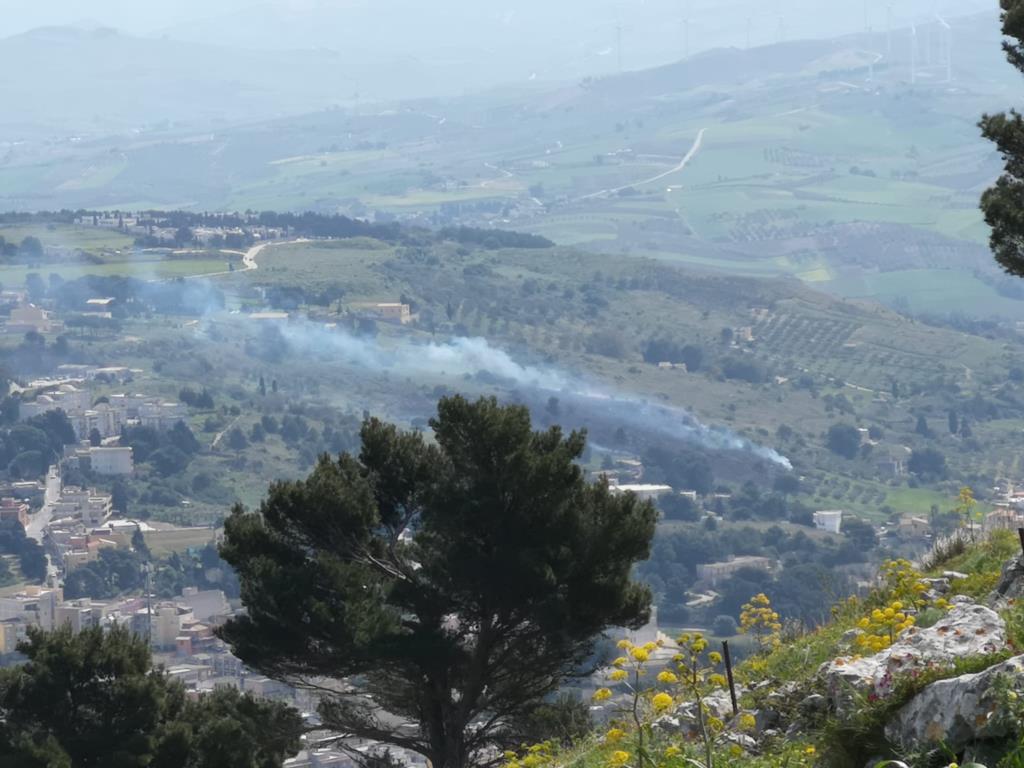 Valderice, incendio in corso in contrada Ragosia e Misericordia