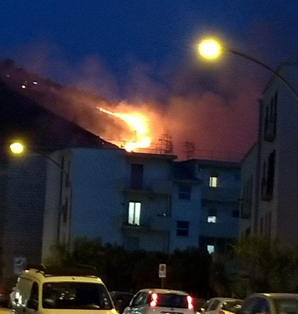 Alcamo, Vigili del fuoco alle prese con un incendio sul monte Bonifato (video)