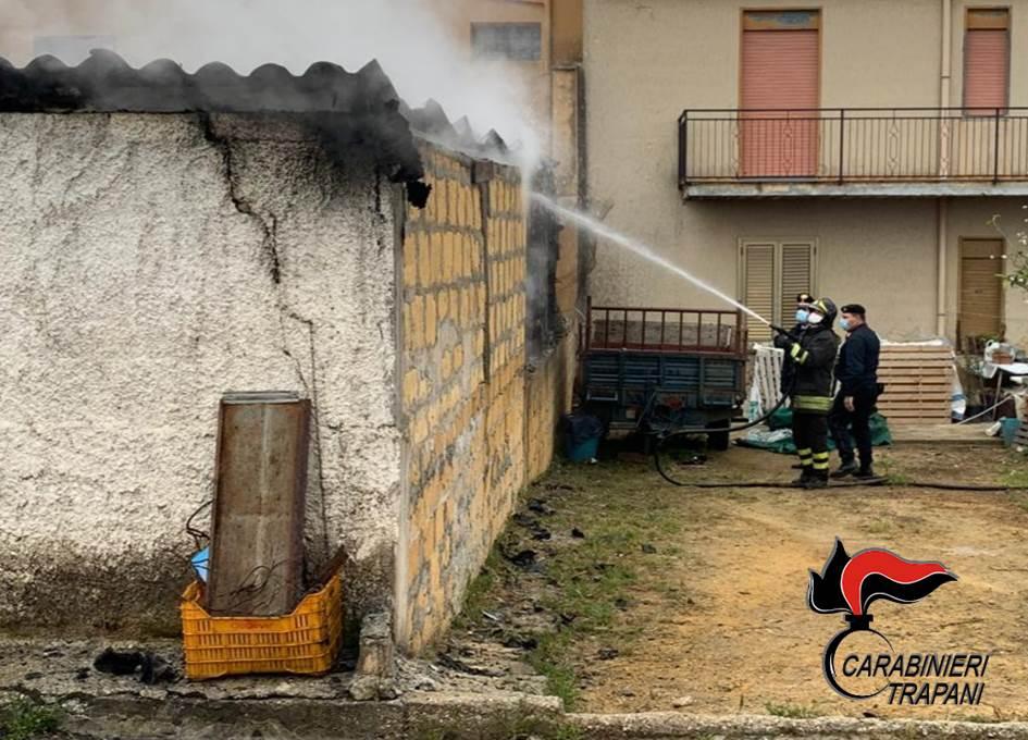 Vasto incendio a Partanna: in fiamme un deposito di mezzi agricoli (VIDEO)
