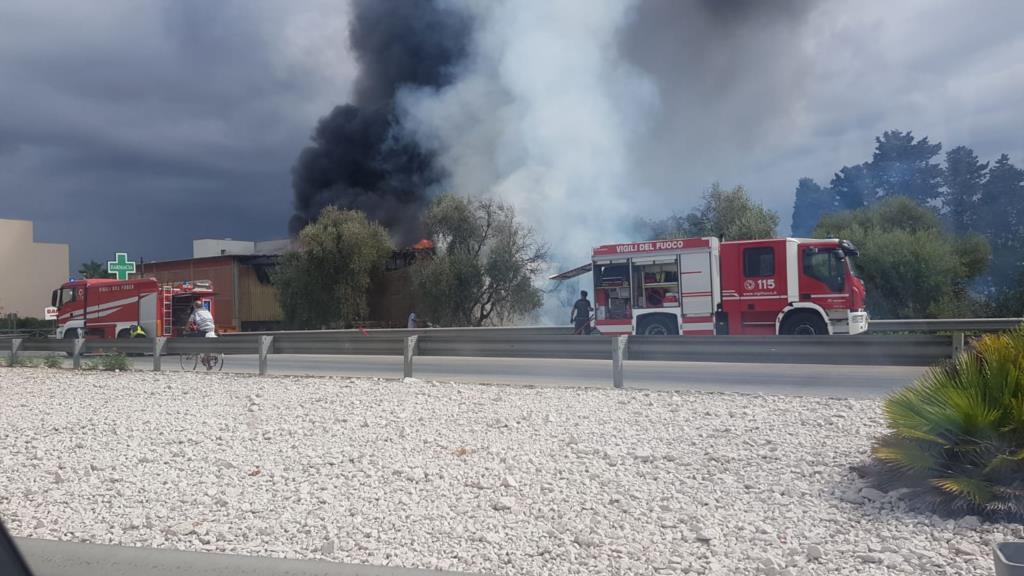 Trapani,  a fuoco l'azienda edile Omega di Villa Rosina