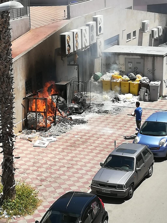 Incendio nello spiazzale del negozio Franzy's a Trapani