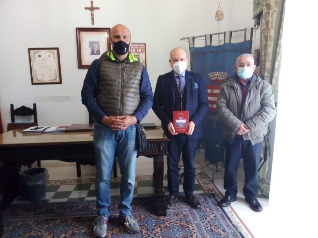 Paceco: donato all'amministrazione il libro «La storia di Napola»