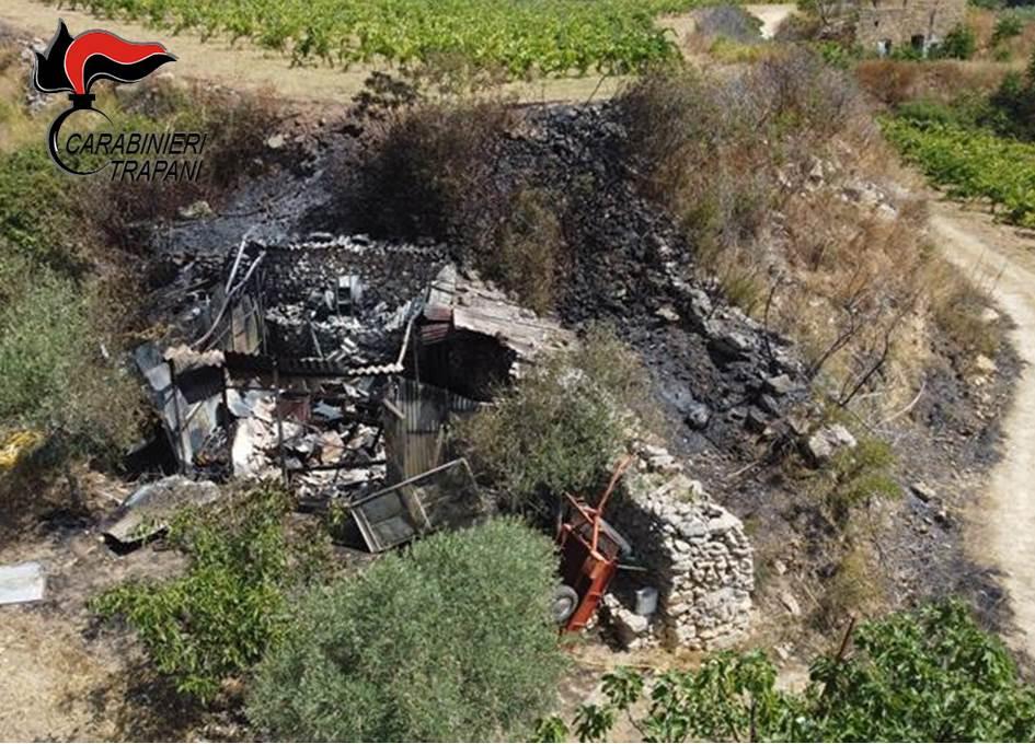 Partanna, fuoco alle sterpaglie: magazzino incendiato