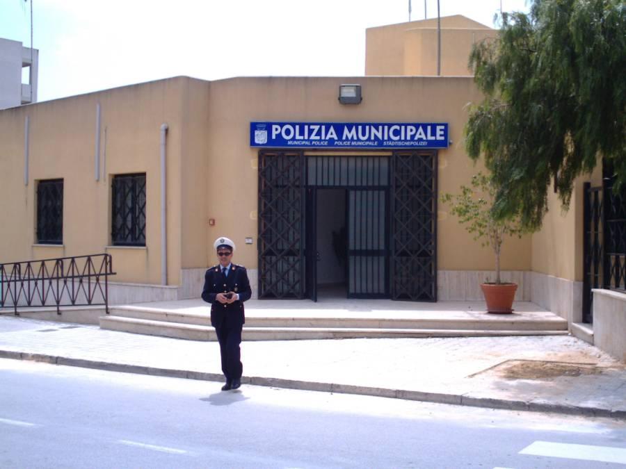 Marsala, raid nella notte: tagliate le gomme a quasi tutte le auto della Polizia Municipale