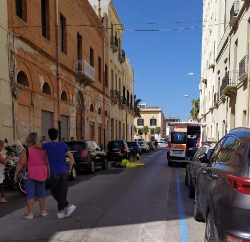 Tragedia in via Passo Enea: muore in strada per un malore