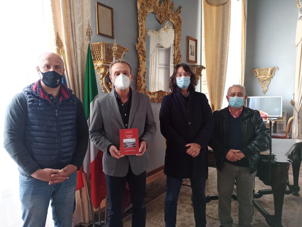 «La storia di Napola», donato il libro al sindaco Tranchida