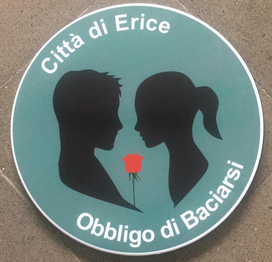 Erice, obbligo di baciarsi. La nuova idea