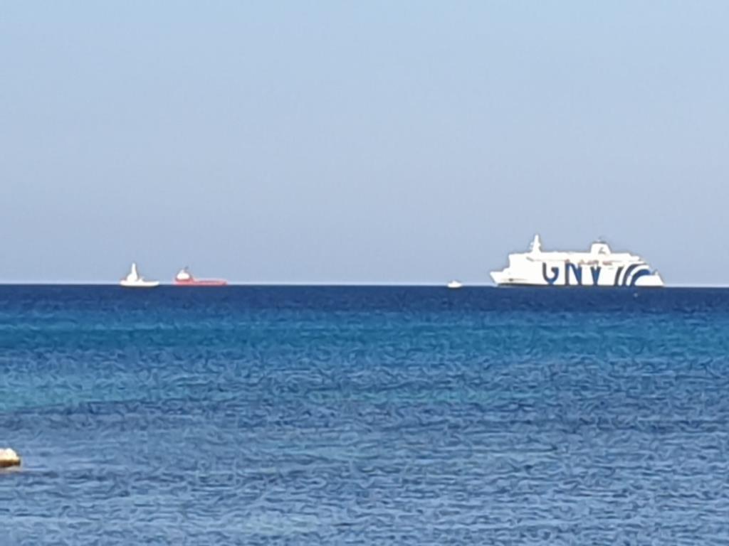In corso le operazioni di trasbordo dei migranti dalla Open Arms alla nave quarantena Adriatico