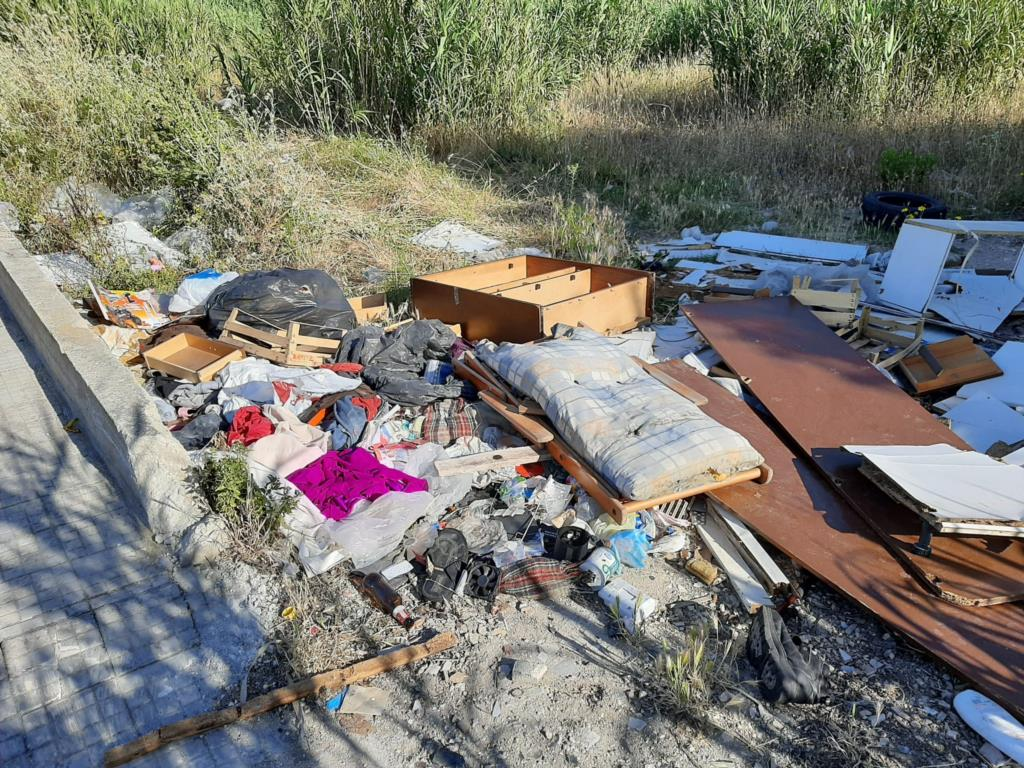 Erice: rifiuti abbandonati nei pressi della Scuola Pagoto, la denuncia di Diventerà Bellissima