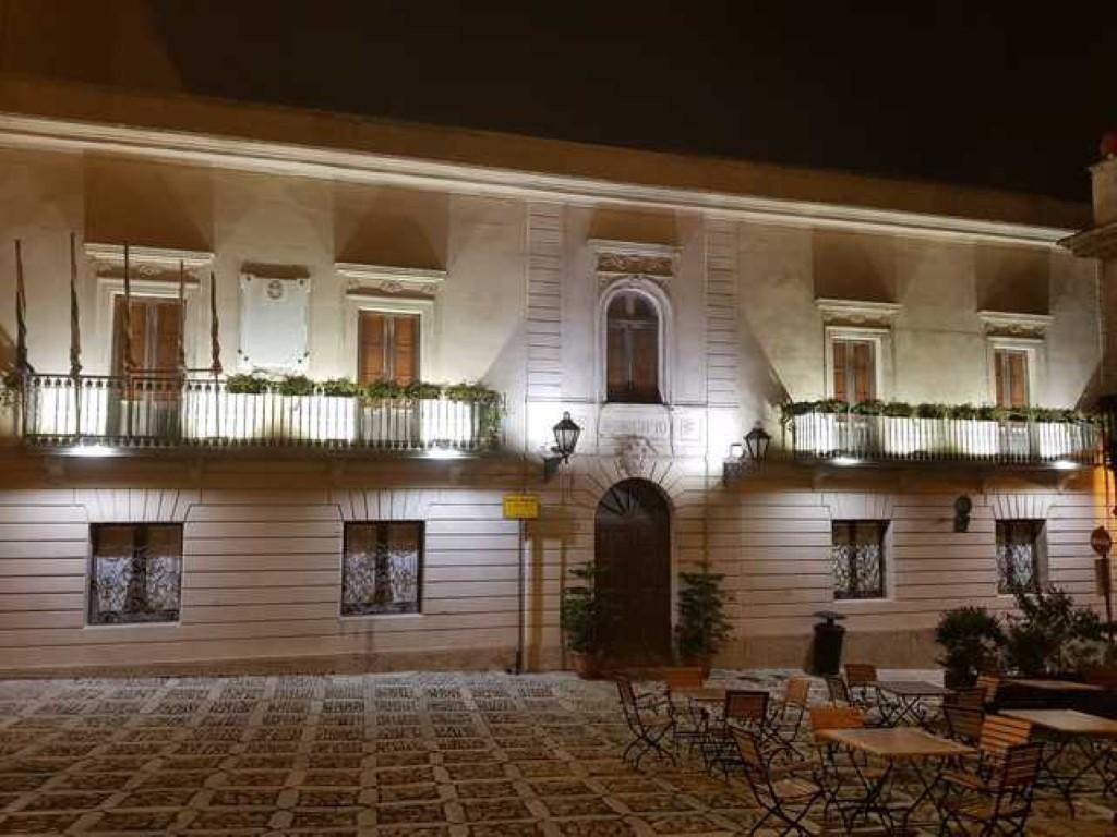 Luci sulla facciata del Palazzo Comunale di Erice