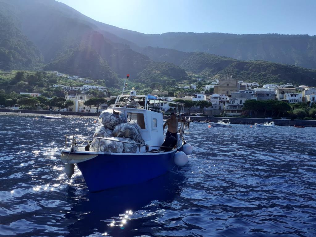 Pescatori all'opera lungo le coste per la raccolta di marine litter con il Flag Isole di Sicilia