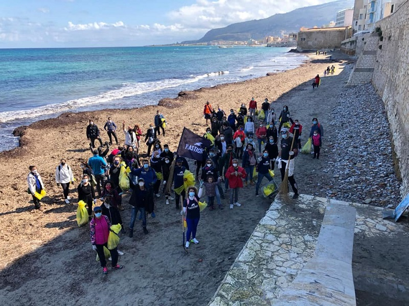 Si è svolto ieri a Trapani l'evento Plastic Free, oltre 800 chili di rifiuti raccolti