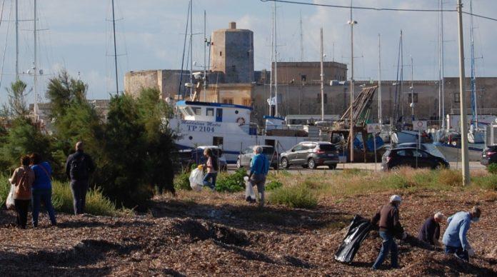 Trapani, volontari ripuliscono l'area di San Liberale