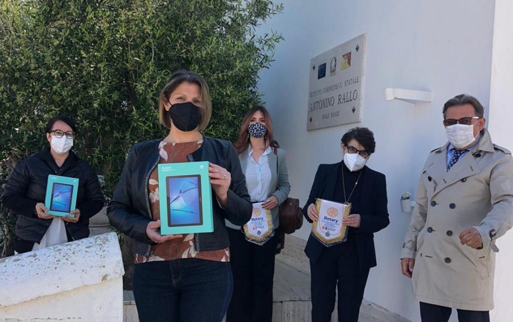 Favignana, il Rotary consegna due tablet all'Istituto