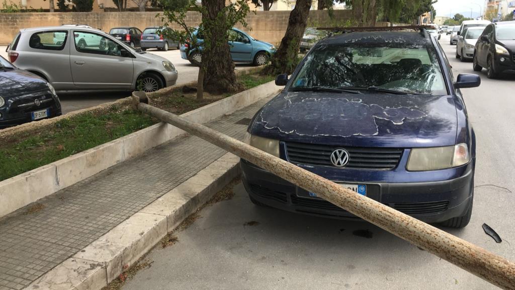 Vecchio palo della luce crolla sull'asfalto e travolge due auto (VIDEO)