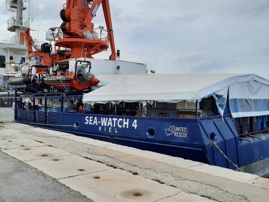 Lo sbarco dei migranti della Sea Watch4 al porto di Trapani (VIDEO)