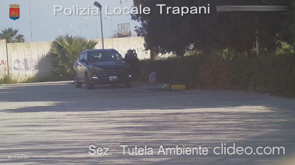 Trapani, ripreso per 5 volte mentre abbandona i rifiuti (VIDEO)